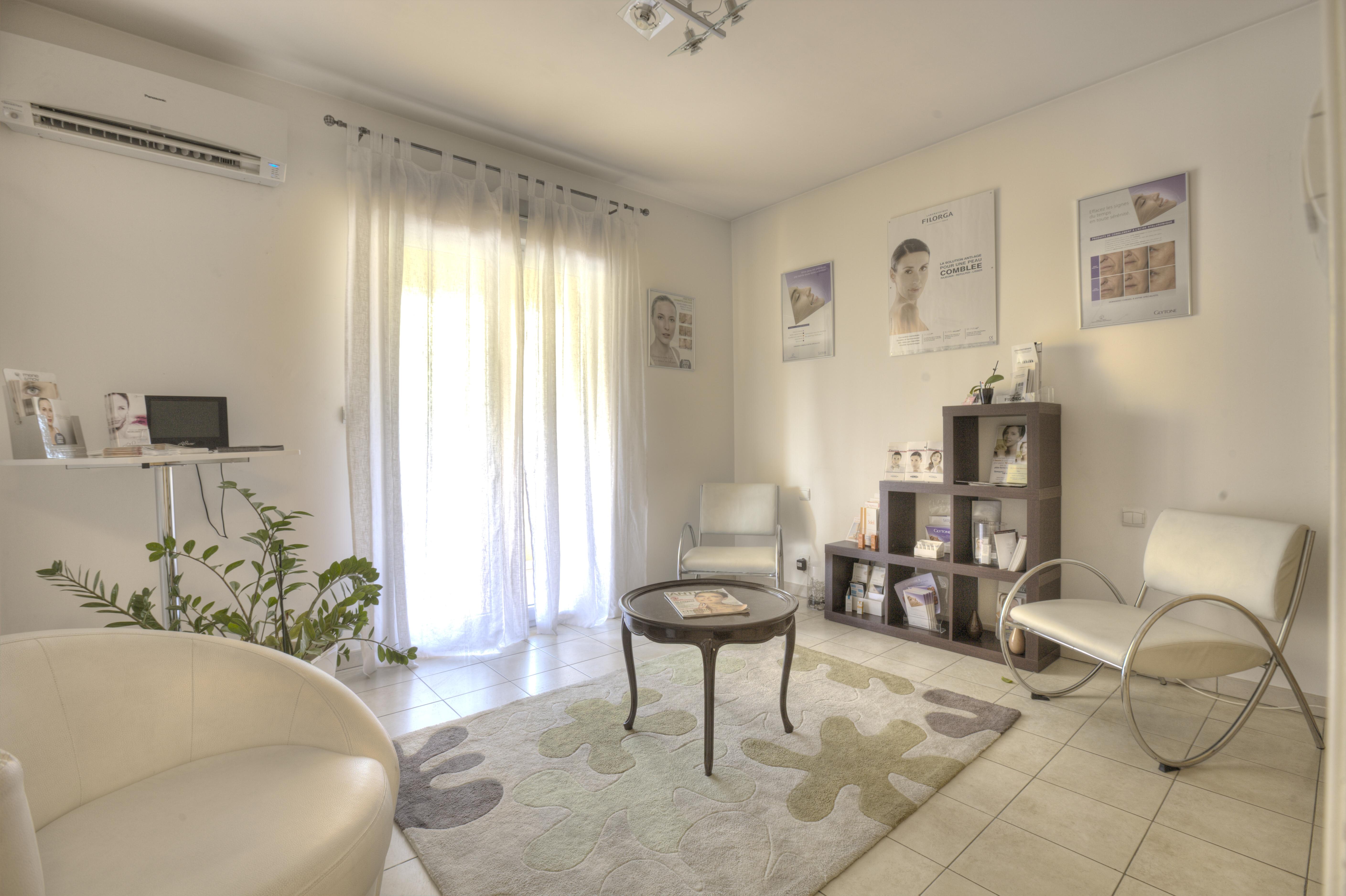 salle d 39 attente docteur sandra ugolini m decine esth tique grasse. Black Bedroom Furniture Sets. Home Design Ideas